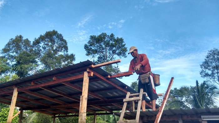 Apai building the solar shed (December 2015)